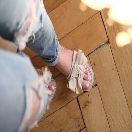Impossible de résister au charme de la mule Florane 🖤 Adorable avec son noeud sur le dessus, on aime aussi sa semelle et sa fine bordure en cordelette !  Disponibles en 5 coloris - 19,90€  . . . .  . . . . .  #shoes #shoesaddict #shoeslover #falbala #sun #tan #pink #moodoftheday #moodygrams #lifestyle #fashion #fashionstyle #fashionaddict #lover #fashion #fashionstyle #mode