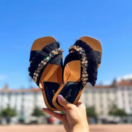 Originale avec son mariage de franges et de pierres, la mule FIDJI ajoutera une touche fashion à toutes vos tenues estivales, vous n'allez plus pouvoir vous en passer 🖤  .  . . . . .  #shoes #shoesaddict #shoeslover #falbala #sun #tan #pink #moodoftheday #moodygrams #lifestyle #fashion #fashionstyle #fashionaddict #lover #fashion #fashionstyle #mode #look