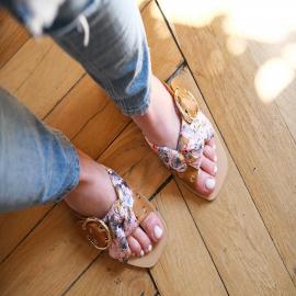 Ornée d'une belle boucle et d'un noeud plein de brillance, la sandale plate Doryna apportera du pep's à vos tenues les plus sobres 🌸  PS : merci d'être de plus en plus nombreuses à nous suivre 🤍  . .  . . . . .  #shoes #shoesaddict #shoeslover #falbala #mode #derby #look #lookdujour #fashionstyle #fashionblogger #summer #girlboss #girlpower #casualstyle #casualchic #holidays