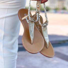 Tout en finesse, la sandale plate AYO habillera joliment votre pied.  Elle mettra en valeur toutes vos tenues estivales : short, jupe longue ou robe courte, pantalon, tout lui va 🤍  24,90€, disponibles aussi en noires et camel !  . .  . . . . .  #shoes #shoesaddict #shoeslover #falbala #sun #tan #pink #moodoftheday #moodygrams #lifestyle #fashion #fashionstyle #fashionaddict #lover #fashion #fashionstyle #mode #basket #lookdujour #look
